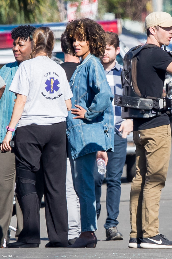Halle Berry mostanában óriási frizurájával hívta fel magára a figyelmet, de most már azt is meg tudjuk mutatni, hogy miért is növesztett ekkora hajat a színésznő