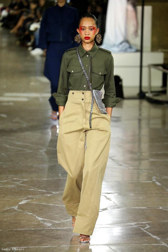 Magasított derekú khaki színű nadrág és katonazöld blúz a Kenzo új kollekciójában.