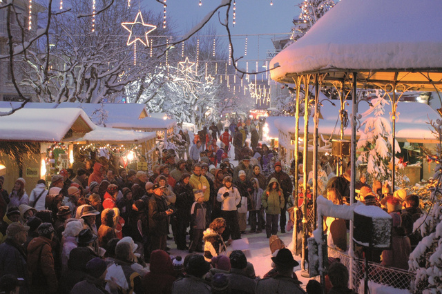 Schladming belvárosa adventkor, de ugyanilyen nagy a tömeg bármilyen rendezvénykor, például a Nightrace idején