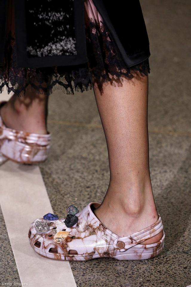 Christopher Kane luxuscipőt csinálna a proli Crocs papucsból.