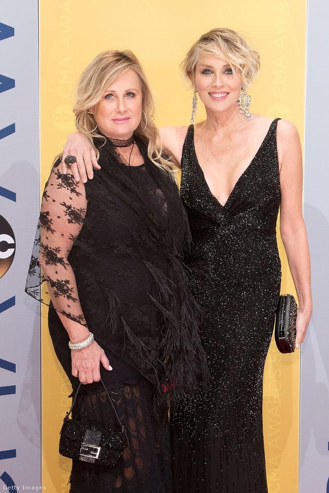 Sharon és húga tavaly novemberben például elment a CMA Awards gálájára, ahol mindenkinek leesett az álla a lassan az 59 éves színésznőtől