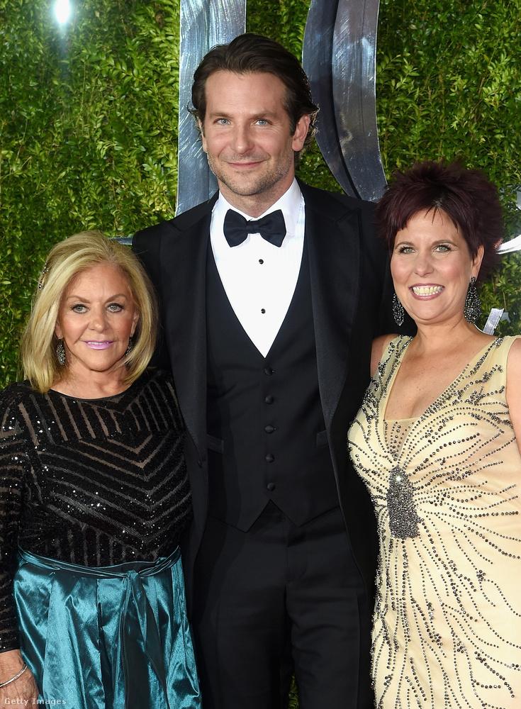 És Bradley Cooper nővérét látta már? Ezen a képen az édesanyjukkal együtt pózolnak a kameráknak, de ki kicsoda? Ha lapoz egyet, rögvest eláruljuk!