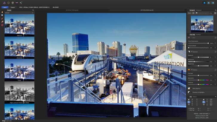 ...és máris úgy néz ki a monorail, mintha a jövőben járnánk, és ez a kép már közel áll ahhoz a minőséghez, amilyeneket a hirdetésekben is látunk.Ebben az esetben az egész módosítás egyetlen gombnyomás volt. Oké, a kompozíció lehetne jobb, de itt inkább arra fókuszáltunk, hogy felférjünk az érkező vonatra.