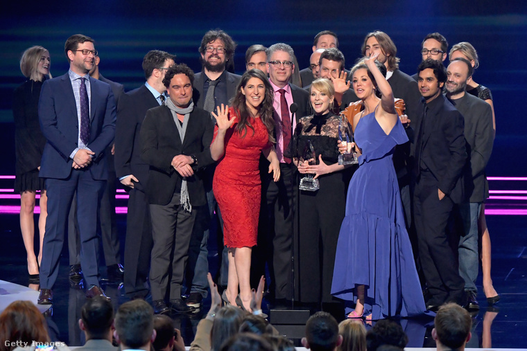 Az Agymenők, vagyis a The Big Bang Theory szintén nyert egy díjat, ezért áll az egész stáb a színpadon...