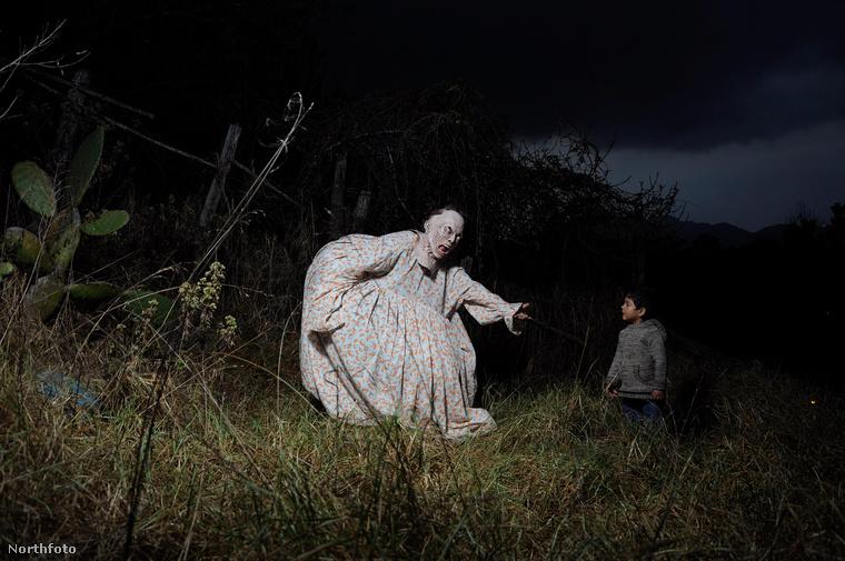 A hagyomány úgy tartja, hogy a szörnyként meneteléssel a vétkesek megszabadulhatnak galád tetteik terhétől