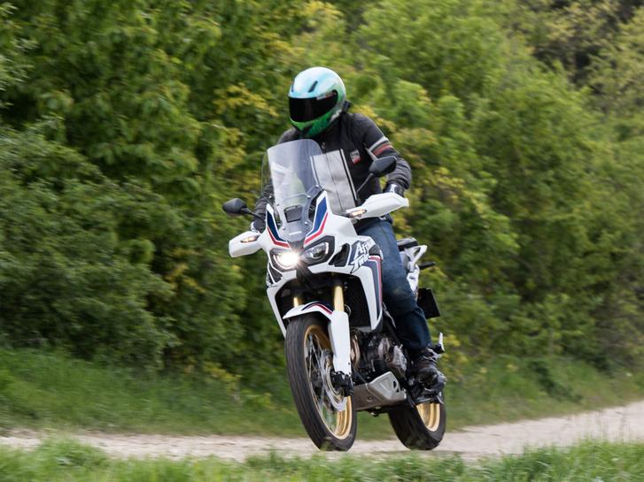 A KTM 1190 Adventure R mozog még ilyen ügyesen terepen, a többi nagy túraenduró sokkal de sokkal esetlenebb