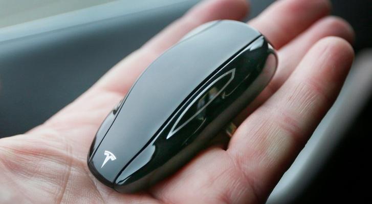Egy Model S-kulcs