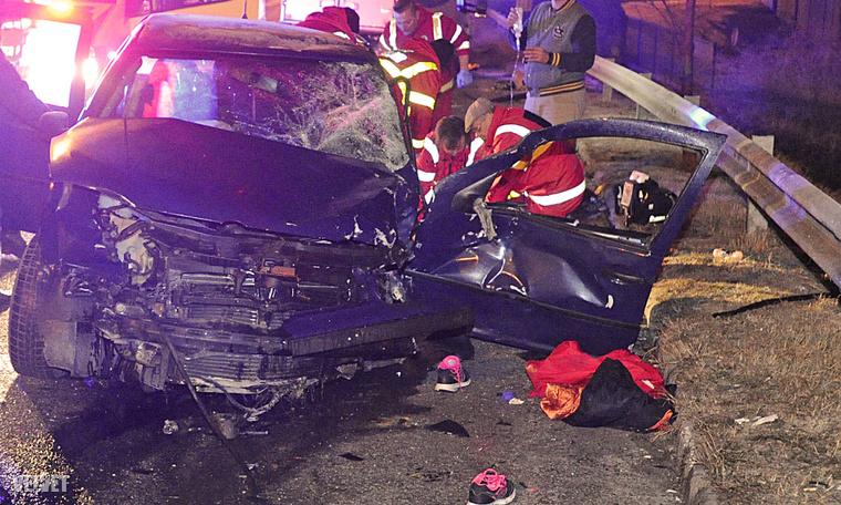 A személyautóban egy ember életét vesztette, egy pedig súlyosan megsérült.