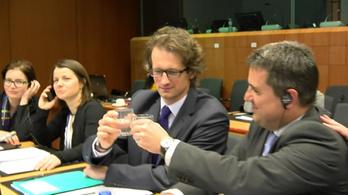 A magyar EU-s nagykövet bevállalta a mannequin challenge-et