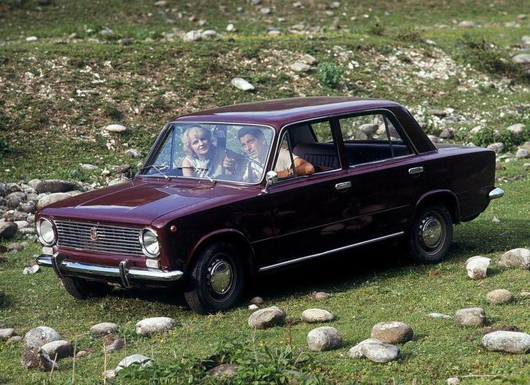 A korabeli reklámfotók tanúsága szerint a Lada mindenre jó volt: romantikázni a réten...