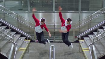 Szédületes tánc egy New York-i metróállomáson