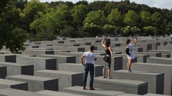Yolocaust: sokkoló kritika a holokauszt-emlékműnél szelfizőkről