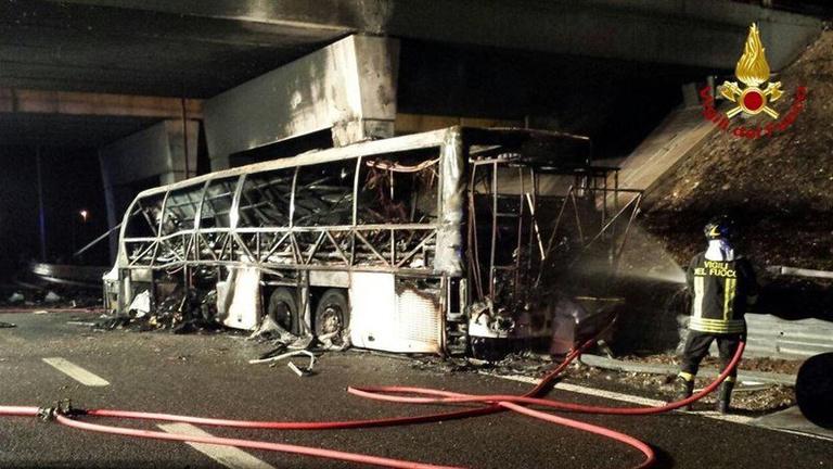 Magyar diákcsoportot szállító busz szenvedett halálos balesetet Olaszországban