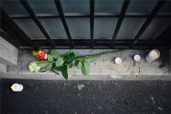 Mécsesek és egy szál rózsa a Szinyei Merse Pál Gimnáziumnál a főváros VI. kerületében.