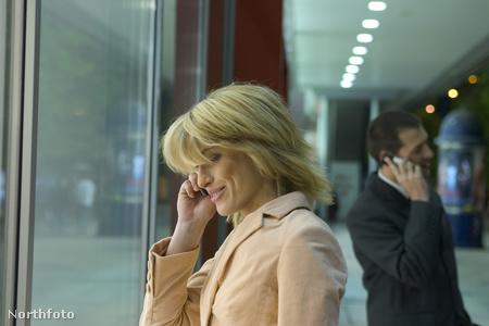 szőke üzletasszony telefonál 1185488