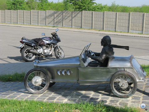 Találkozás a Hungaroring bejáratánál. Szegény Honda nemrég békésen bóklászott Székesfehérvár környékén, most meg hirtelen egy versenypálya célegyenesében találta magát, 12 ezret forgó motorral