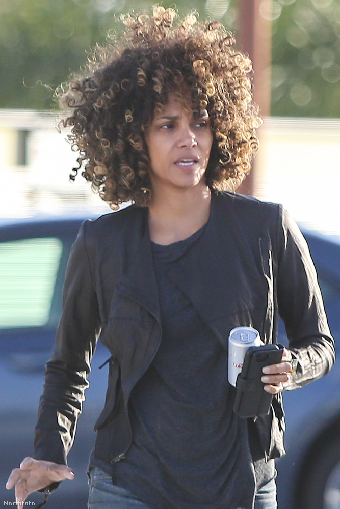 Az 50 éves színésznő a gyanú szerint azért szakított a hajvasalójával, mert éppen a Kings című filmet forgatja Los Angelesben.
