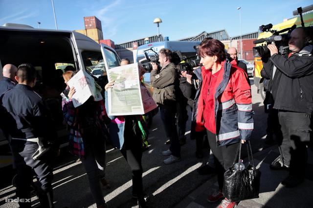 A hazaszállításban a magyar mentőszolgálat és más segélyszervezetek is segédkeznek, légi úton is érkezhetnek haza sérültek.