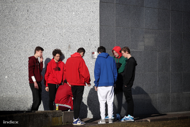 A balesetet túlélő diákok egy csoportja.