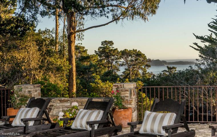 Clint Eastwood nem panaszkodhat a panorámára: a ház teraszáról tökéletes kilátás nyílik a Csendes-óceánra.