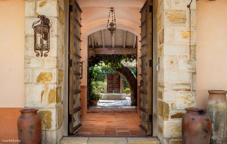 A főbejáraton keresztül juthatunk el a szökőkúttal ellátott belső kertig