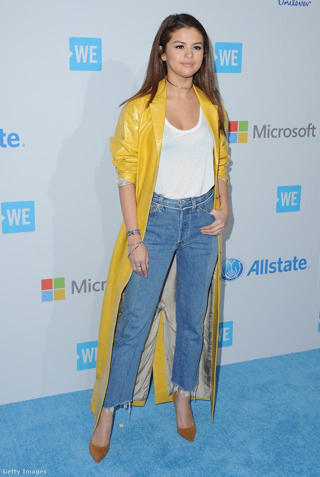 Barna körömcipő, nagyifarmer, fehér póló, szupermenő sárga kabát és choker nyaklánc Selena Gomezen Kaliforniában.