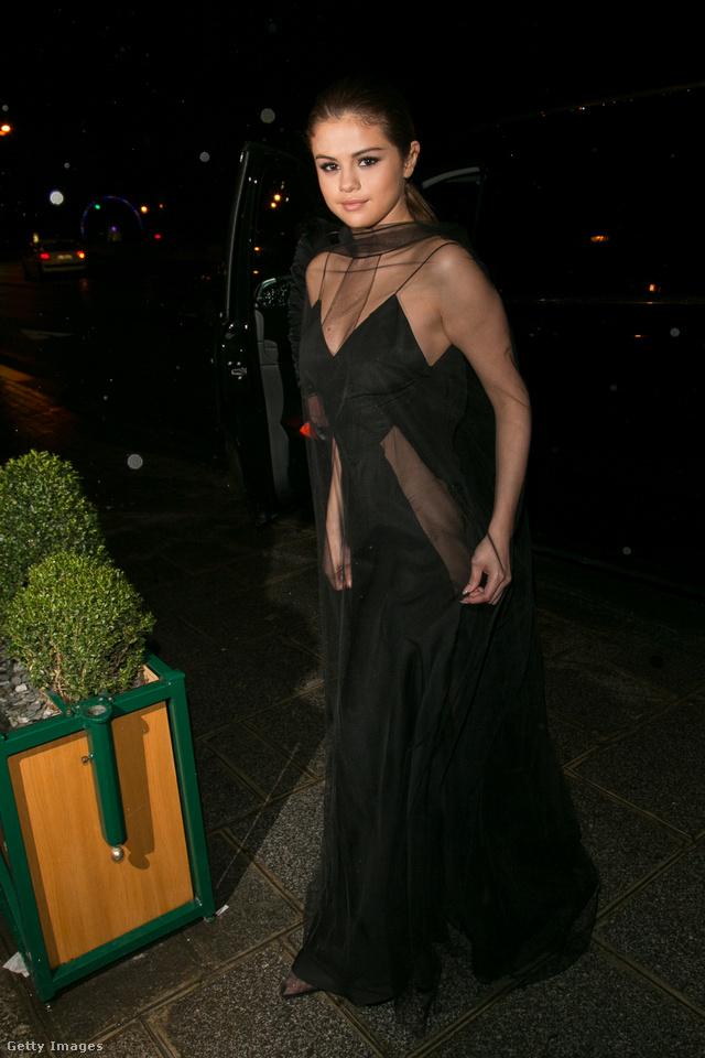 Kicsit öregítette ez az áttetsző felsőt kapott fekete estélyi, amiben a 'Louis Vuitton' vacsorán jelent meg Párizsban.