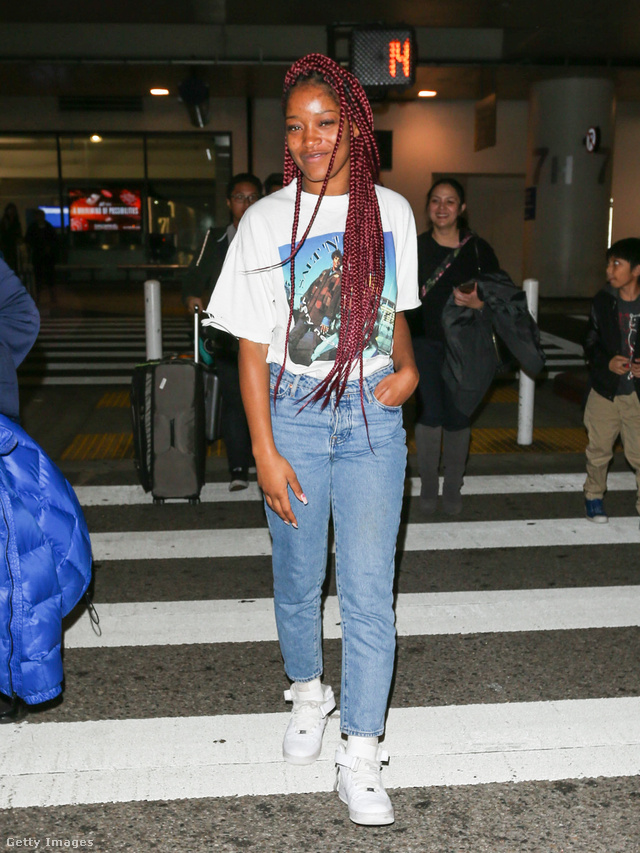 Keke Palmer betűrt pólóval és fehér tornacipővel kombinálta a divatba jött fazont.
