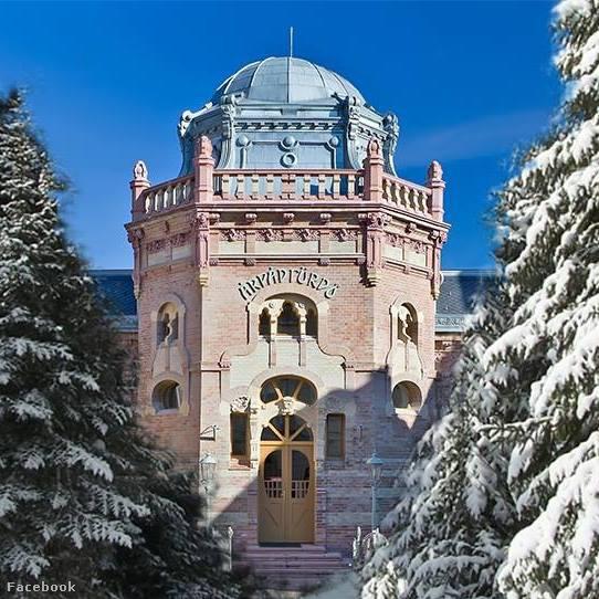 Ha szerencsénk van, és esett a hó, ilyen látvány fogadhat bennünket a székesfehérvári Árpád-fürdőnél