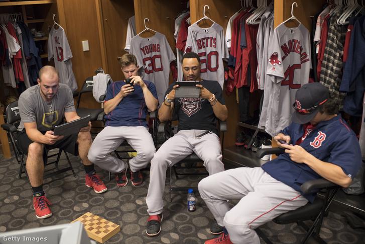 Travis Shaw, Brock Holt, Mookie Betts és Andrew Benintendi a Boston Red Soxból