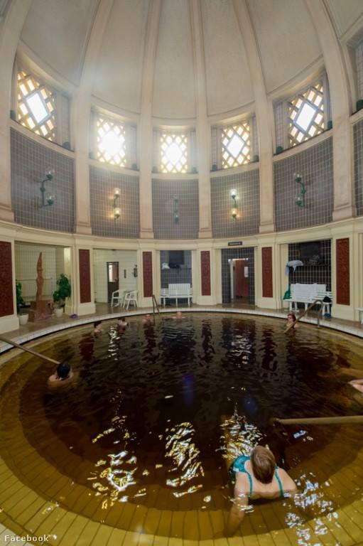A Hotel Tisza összesen három, eltérő hőmérsékletű gyógyvizes medencével büszkélkedhet