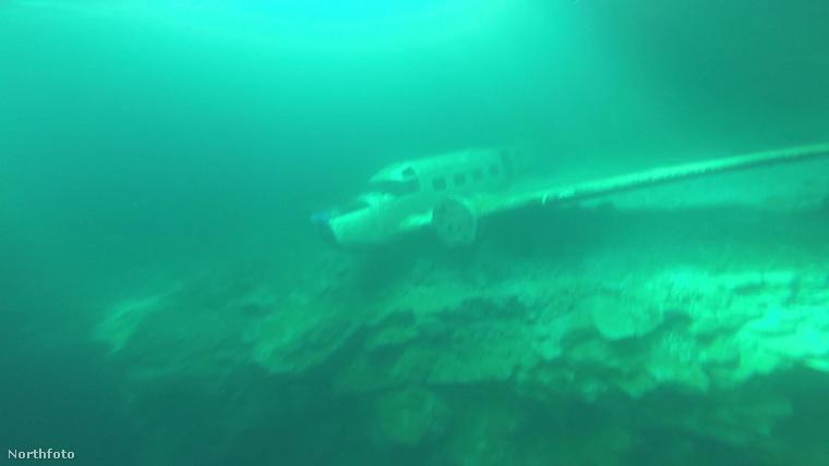 A repülőgép roncsa 65 méter mélyen van a víz alatt, és végre sikerül megközelíteni