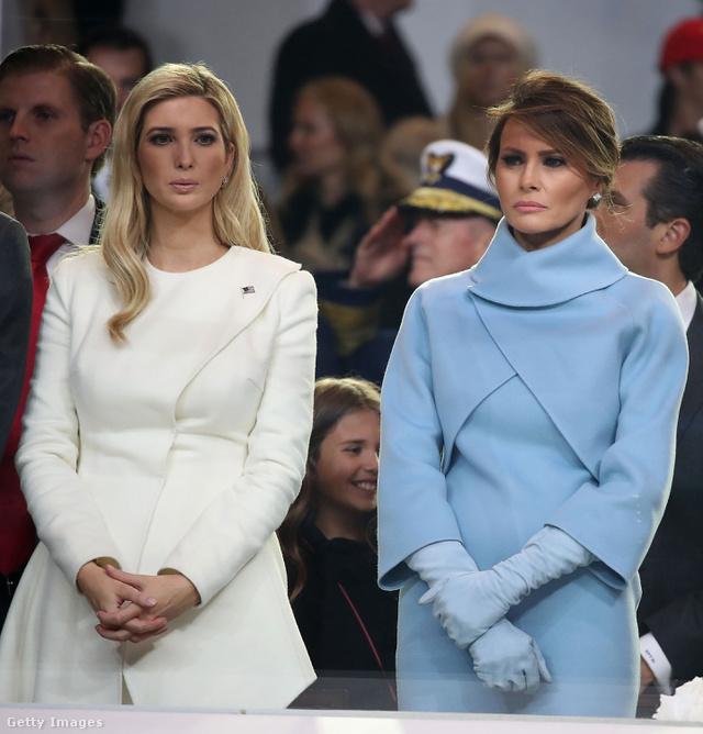 A világoskék kosztümmel egyébként az USA (Louisa Adams utáni) első bevándorló First Ladyje mintha csak Jackie Kennedy előtt tisztelgett volna...