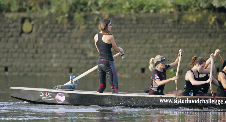 Ők korábban együtt sportoltak a Sisterhood nevű evezős csapatban - ez a kép pont tíz éve készült az angol fővárosban.