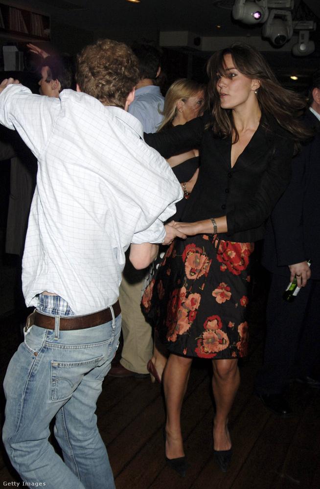 A képen Vilmos herceg egyik közeli barátjával, Guy Pelly üzletemberrel csavarják fel a szőnyeget éppen.