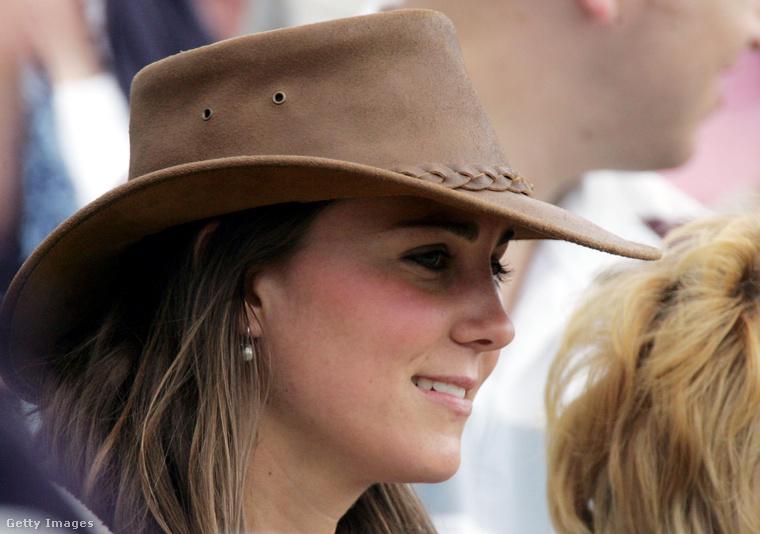 A 2005-ös Gatcombe Parkban tartott fesztiválon még az is belefért, hogy egy stílusos kalapot felvegyen Katalin - ezt most már nem nagyon tehetné meg