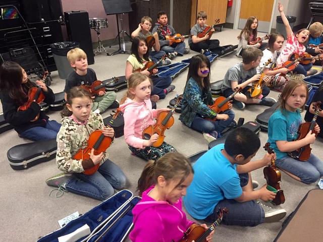 Hetente kétszer van zenefoglalkozás, a zenetanárok kijönnek az iskolába, és hangszert is adnak. Regina fotója