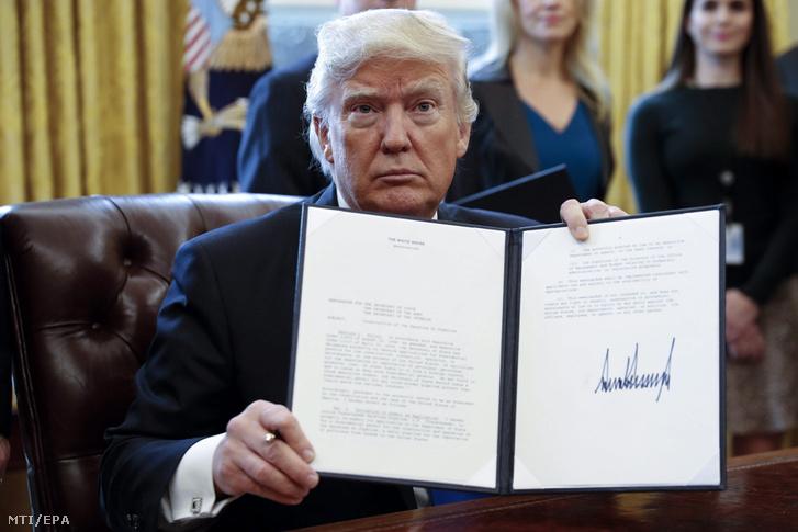 Donald Trump, amerikai elnök, a Keystone XL és a Dakota Access olajvezeték építését engedélyező rendelet aláírásakor