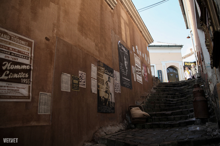 Az egyértelműen látszik, hogy Szentendre óvárosából hirtelen egy francia település lett, ami nem tett neki se jót, se rosszat, mindenesetre a francia plakátok érdekesen mutatnak a házak falain