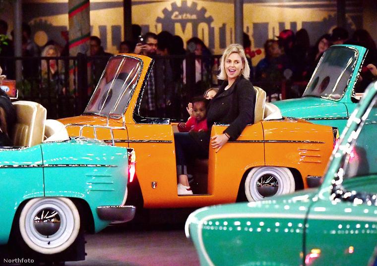 Charlize Theron kisebbik gyerekével, August Theronnal ment el egy hétköznapi, Disneylandes kiruccanásra.