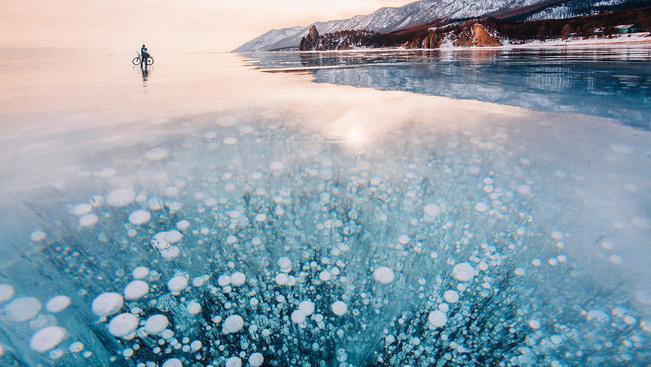 Gyönyörű fotókon a Föld legmélyebb, befagyott tava
