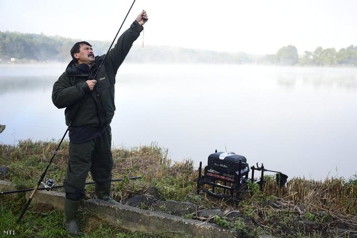 Áder János köztársasági elnök a magyar horgászat nagyköveteinek horgászversenyén a pilisvörösvári Háziréti horgásztavon 2016. október 7-én.