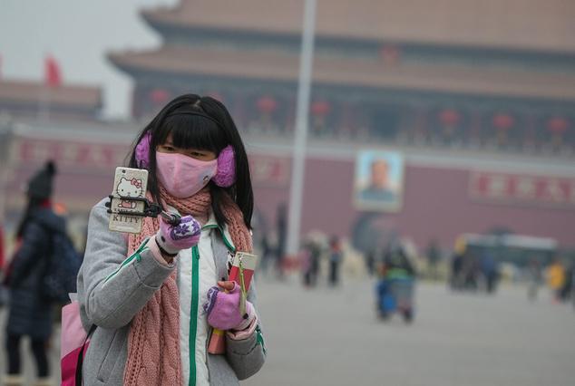 Védőmaszkban a pekingi Tienanmen téren
