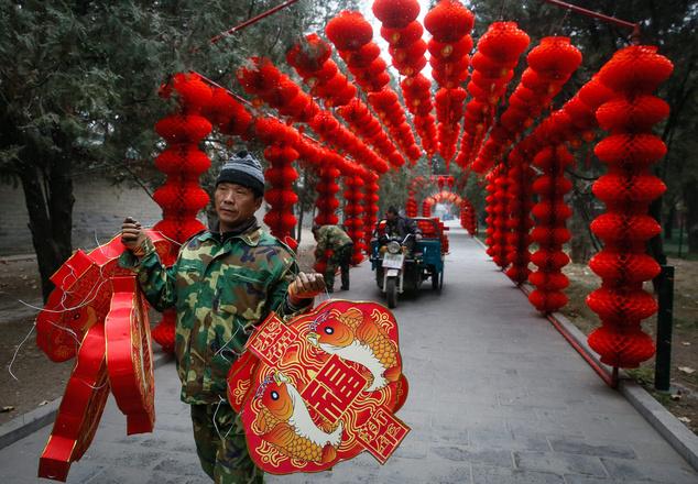A tavaszünnepnek is nevezett kínai új év mozgóünnep, amely idén január 28-án köszönt be és a kínai holdnaptár szerint a kakas éve lesz. A pekingi Ditan parkot már napokkal ezelőtt ünnepi díszbe öltöztették