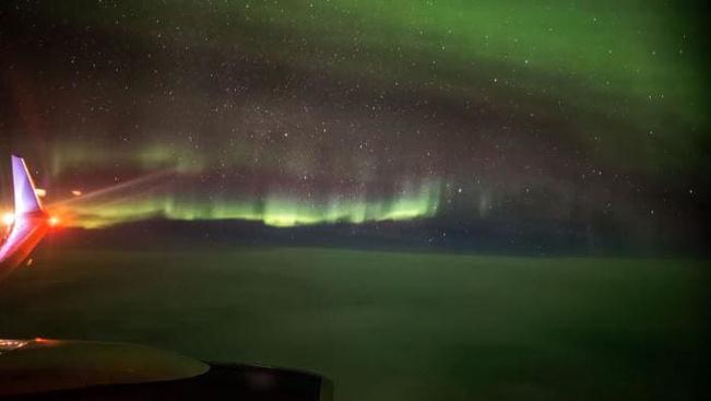 Egészen földöntúli látvány a sarki fény a repülő ablakából nézve
