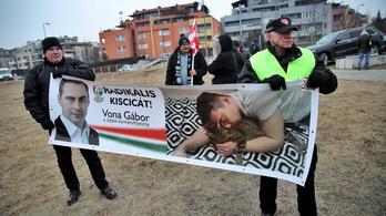 Cicával cikizik Vonát az ellene tüntetők