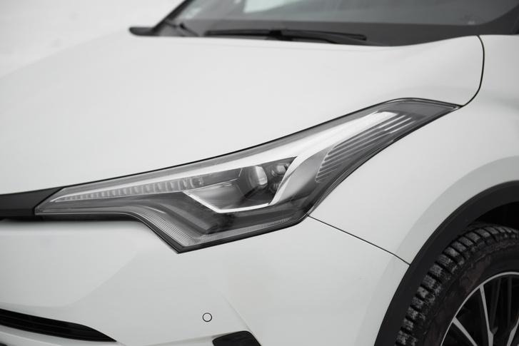 Az összehúzott lámpa kortárs Toyota-stílusjegy, de ezen jó lett