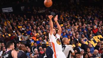 Stephen Curry egymaga végezte ki a Clipperst