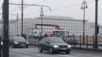 Megint autó futott a Margit híd megállójára