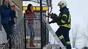 Nem égett a háza, csak a kezét kérték meg
